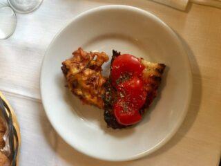 Bruschetta con i pomodorini e frittella di cavolfiore
