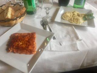 Piatto di lasagna e piatto di ravioli